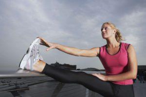 Beim Sport schwitzen die Füße besonders was ein Nährboden für Bakterien ist. Diese Bakterien erzeugen den bekannten Käsefuß Geruch.