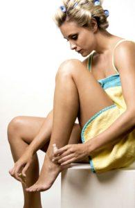 Hygiene und Nagelpflege helfen die Bakterien und Fußpilz zu entfernen und die Fußnägel am stinken zu hindern.
