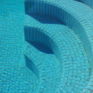 Öffentliche Duschen und Schwimmbäder sind oft Rummelplätze für Nagelpilze