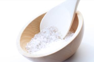 Auch Salz ist ein tolles und günstiges Hausmittel und Zusatz für Fußbäder.