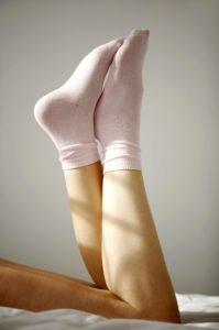 Ich selber habe früher auf Anraten immer Baumwollsocken getragen. Es gibt aber deutlich bessere Socken bei Schweißfüßen.