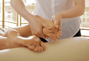 Kokosöl auf die Füße einmassiert wirkt als Antitranspirant und Deodorant.