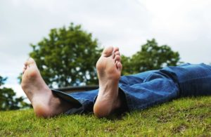 Frische Luft alleine hilft nicht gegen Käsefüße aber die Füße sollten nach einem Fußbad gelüftet werden damit sie komplett trocken sind.