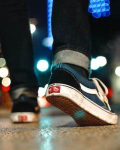 Auch wer länger unterwegs ist wird mit Backpulver an den Füßen eine Linderung erfahren.  Photo by Rist Art on Unsplash
